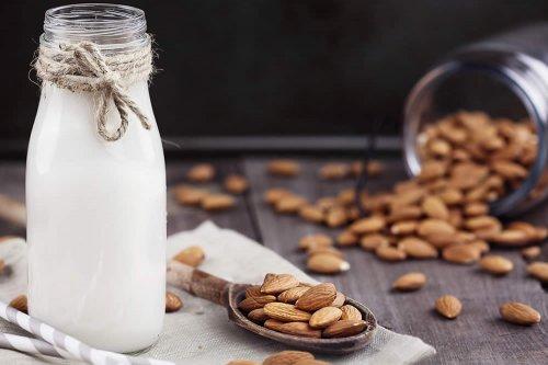 il latte di mandorle serve a perdere peso